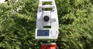 Totalstation Leica TS 16 aufgestellt für eine Grenzvermessung in Zeuthen