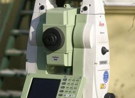 Totalstation Leica TCR 1205+ bei einer Messung in Brück