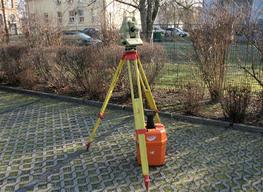Tachymeter Leica TCA 1800 vorbereitet für Messung in Teltow