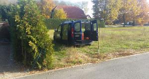 Außendienstfahrzeug Opel Combo geparkt bei Brück